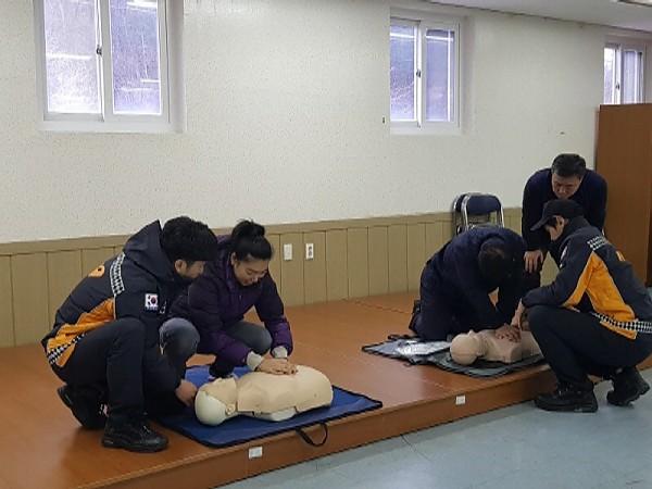 소방관안전관리자분들의 지도와 함께 심폐소생술을 훈련하고있다.