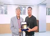 정년퇴직자 재직기념패 전달식