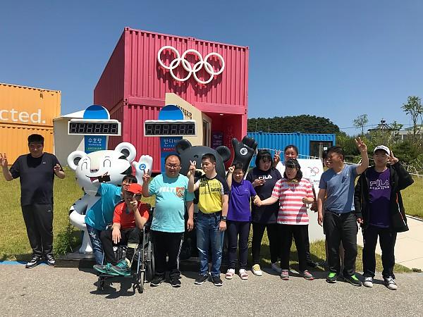 올림픽 뮤지엄 앞에서 찍은 단체 기념사진